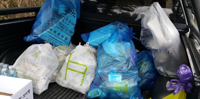 2016-01-Jeju-Olle-Trail-Clean Olle-Route11-Putting Trash in the back of the car