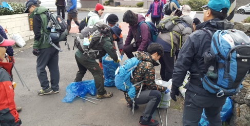 2016-01-Jeju-Olle-Trail-Clean Olle-Route11-Sorting the Trash