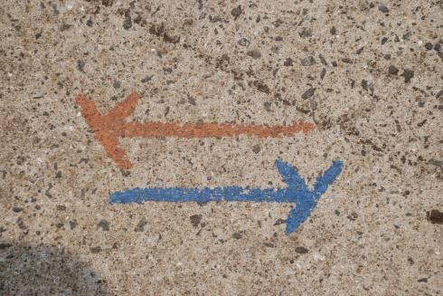 Jeju-Olle-Trail-Waymarking-painted-arrows