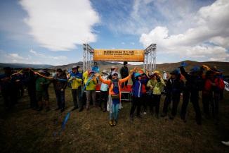 사진 02_18일 열린 몽골올레 개장행사에서 서명숙 (사)제주올레 이사장과 지역 주민들이 함께 길 열림 세레모니인 리본 풀기를 하며 기뻐하고